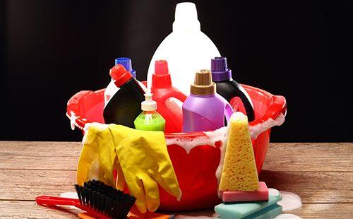 Бытовые чистящие средства в красном тазике