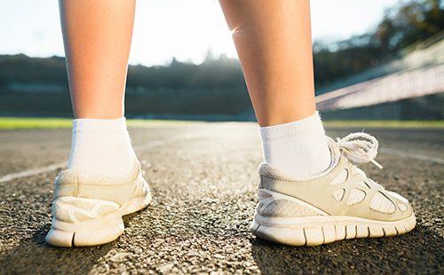 Девичьи ноги в белой обуви