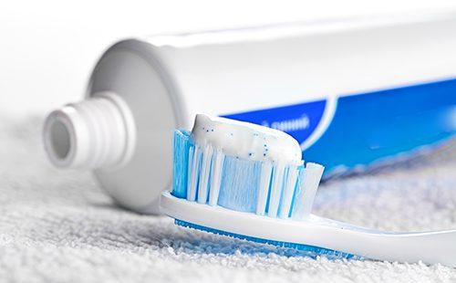 Зубная паста на щётке
