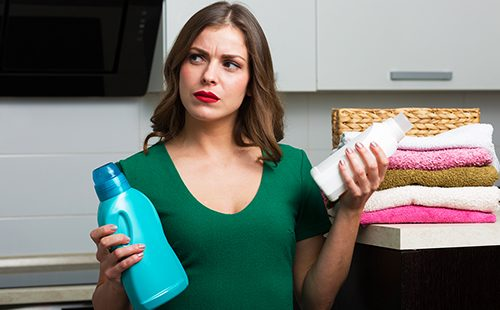 Домохозяйка выбирает моющее средство