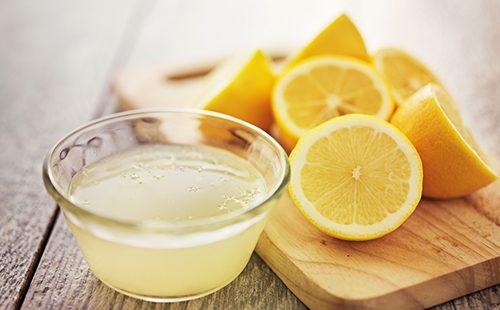 Свежевыжатый лимонный сок в чашечке