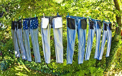 Джинсовые брюки сушатся на верёвке