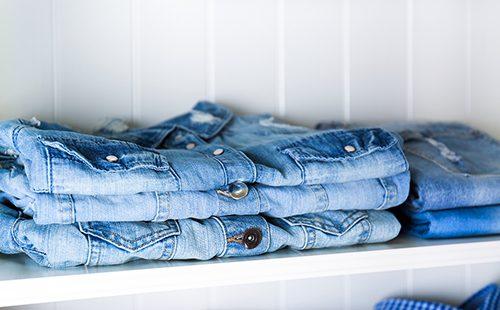 Стопка чистой одежды на полке