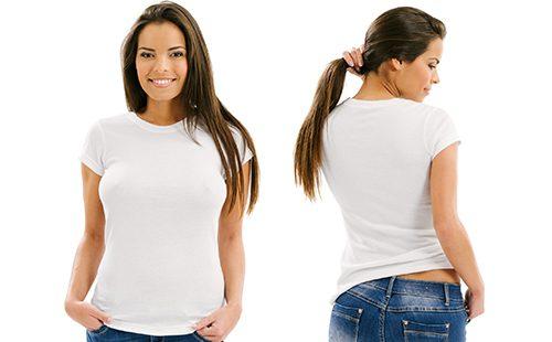 Красивая женщина позирует в белой футболке