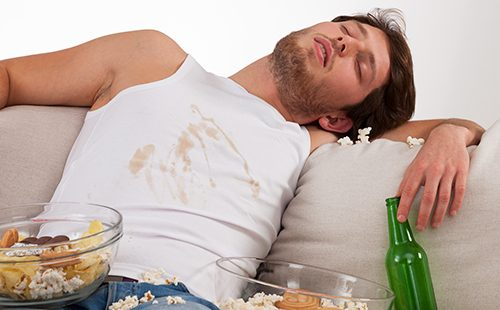 Парень заснул за едой и перепачкал майку