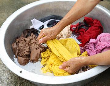 Как отстирать масло с одежды: отмываем следы консервов и справляемся с облепиховой рыжиной