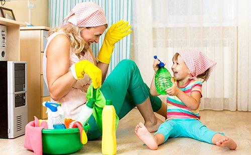Мама и дочка веселятся во время уборки
