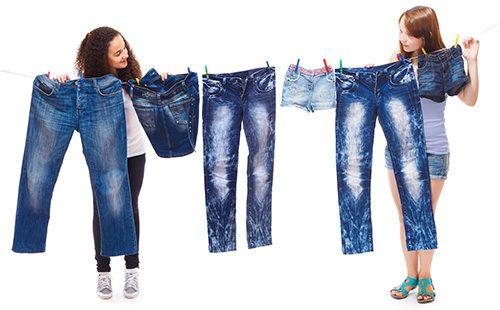 Девушки сушат джинсы