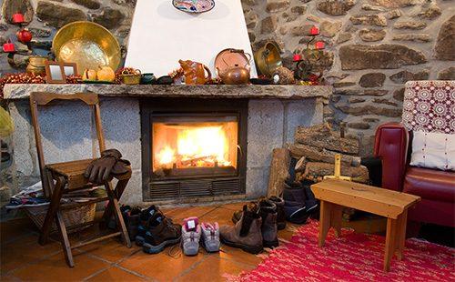 Сушится обувь возле камина