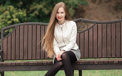 Длинноволосая блондинка в белой кожаной курточке