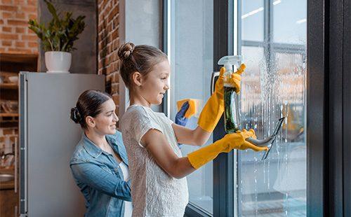 Мама с дочкой моют окно