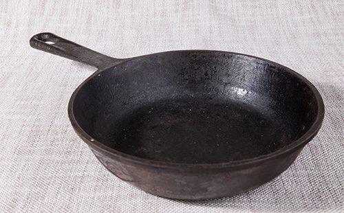 Старая потёртая сковородка