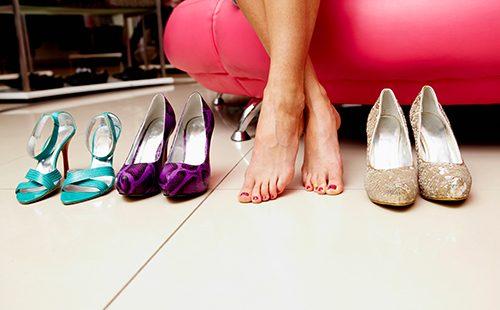 Женские ножки и три пары туфель