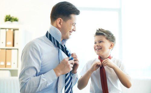 Папа с сыном учатся завязывать галстук