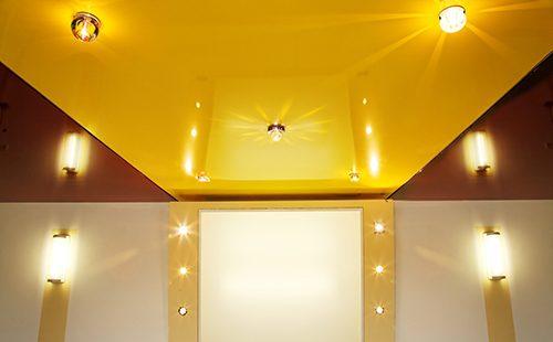 Золотистый глянцевый потолок