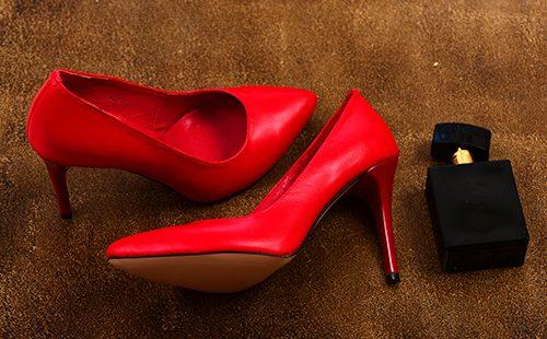 Красные туфельки на каблучке и пузырёк духов
