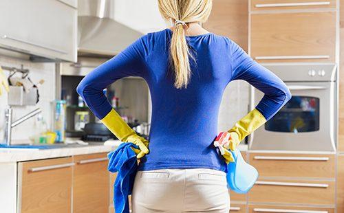 Женщина настроилась на грандиозную уборку кухни