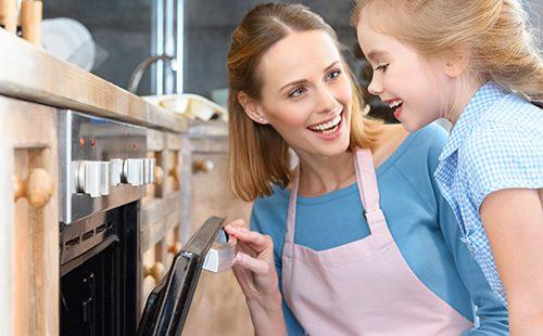 Мама и дочка пекут печенье