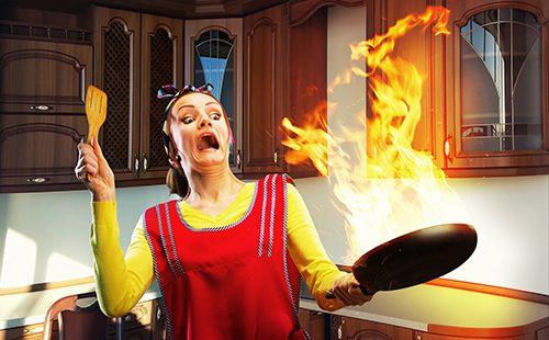 Домохозяйка с горящей сковородкой