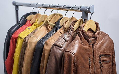 Разноцветные куртки на вешалке