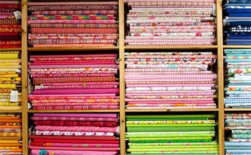 Различные ткани в стеллаже