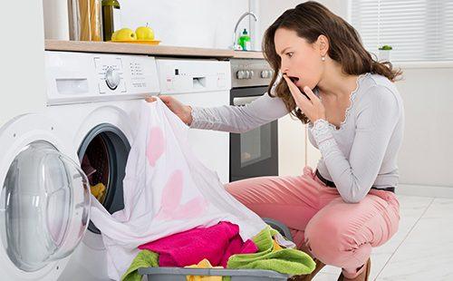 Женщина увидела полинявшее пятно на одежде