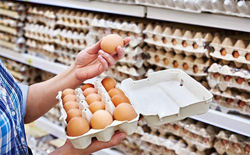 Выбирает яйца с магазине