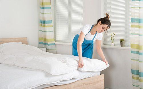 Девушка застилает постель