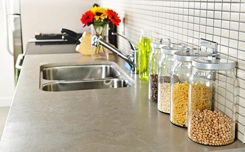 Банки с крупами и цветы на чистой кухне