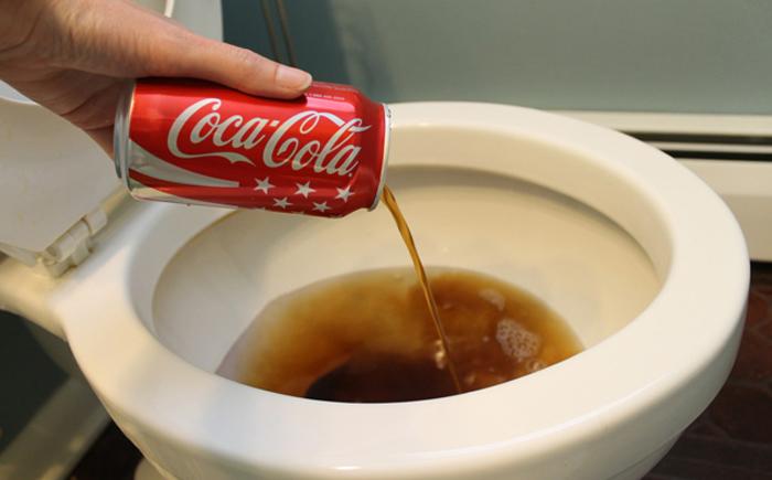 Очищение унитаза Кока-колой