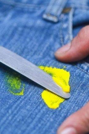 Пластилин можно убрать ножом