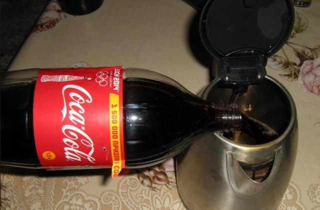 Кока-кола очищает чайник